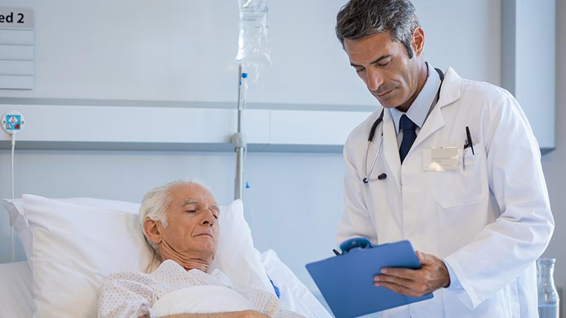 Visitando paciente médico sênior