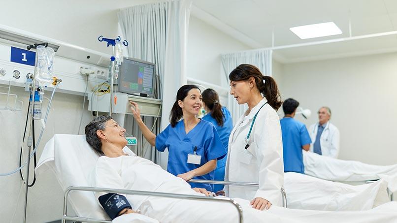 Paciente hospitalizado sendo atendido por equipe médica